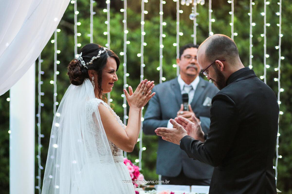 Noivos Batendo Palma Na Cerimonia de Casamento