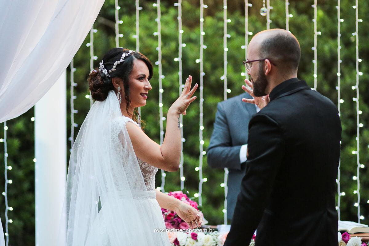 Comprimento dos noivos no altar