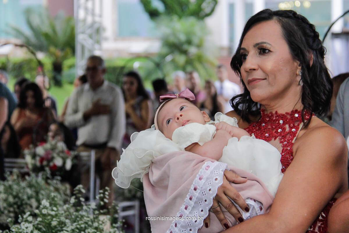 Entrada da Mãe da Noiva no altar com a Bebê No Colo