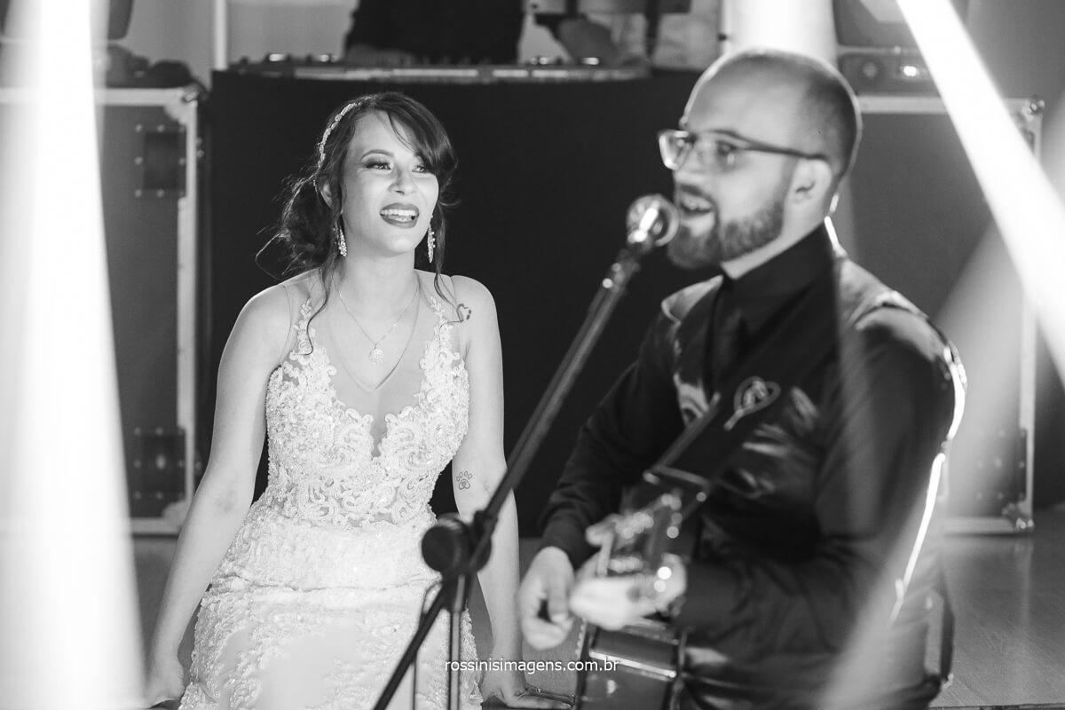 Noivo Homenageando a noiva cantando uma Linda Musica