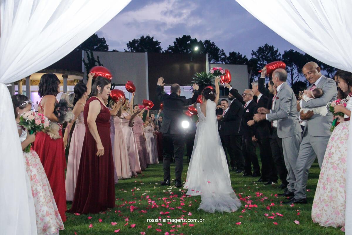 Saída Dos Noivos de Costa Mostrando os Detalhes do Vestido
