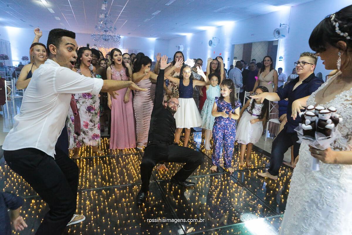 Noivo Dançando na Hora Do Buquê