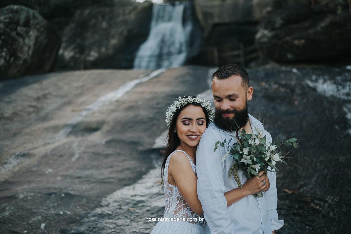 Fotografia de casal na cachoeira em ensaio na praia