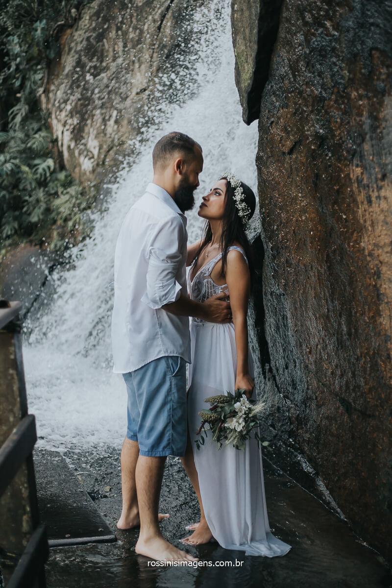 Casal na Cachoeira em ensaio na praia do litoral norte