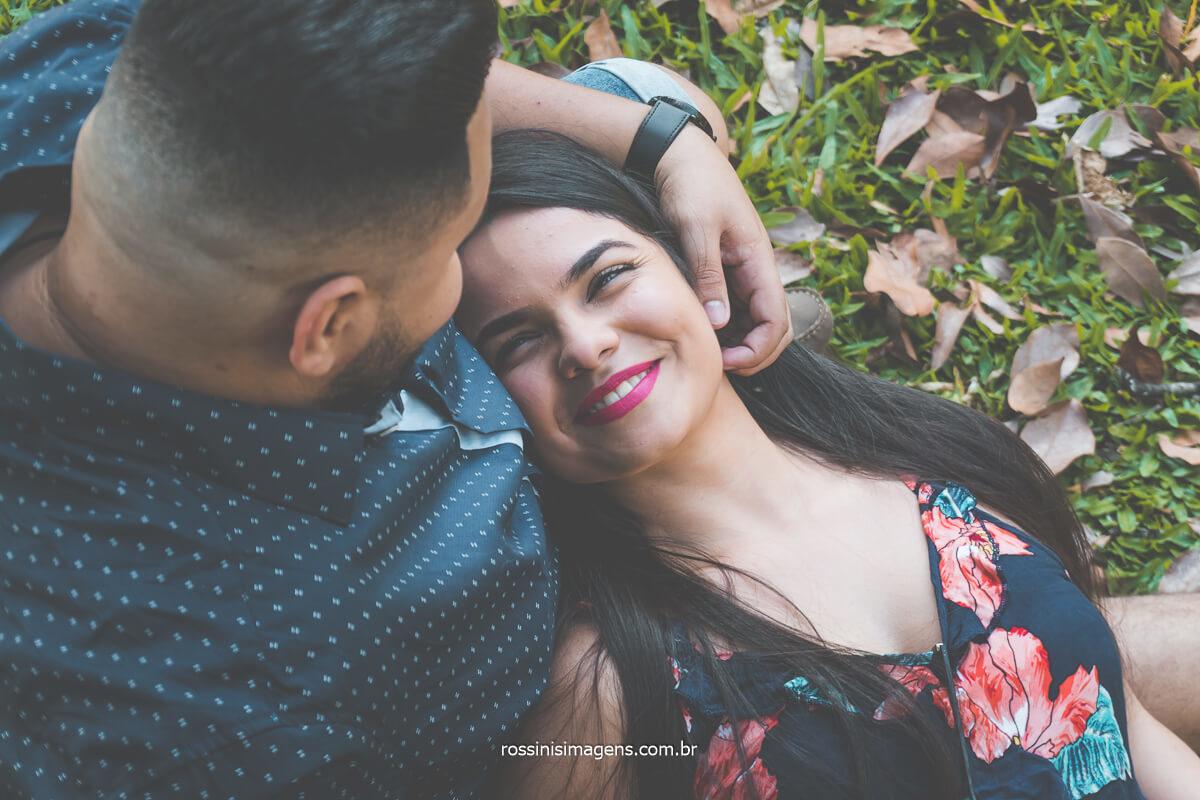 Fotografia do casal no Jardim Botânico de São Paulo noivo acariciando o rosto da noiva