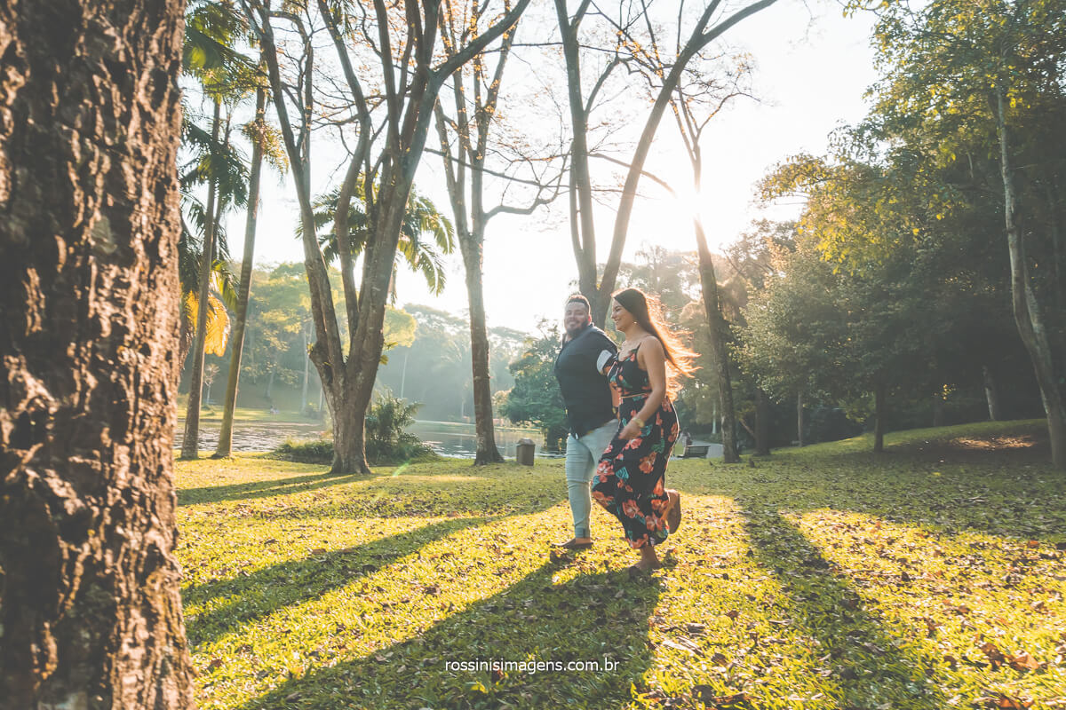 fotografia de ensaio de casal correndo no parque, Jardim Botânico de São Paulo