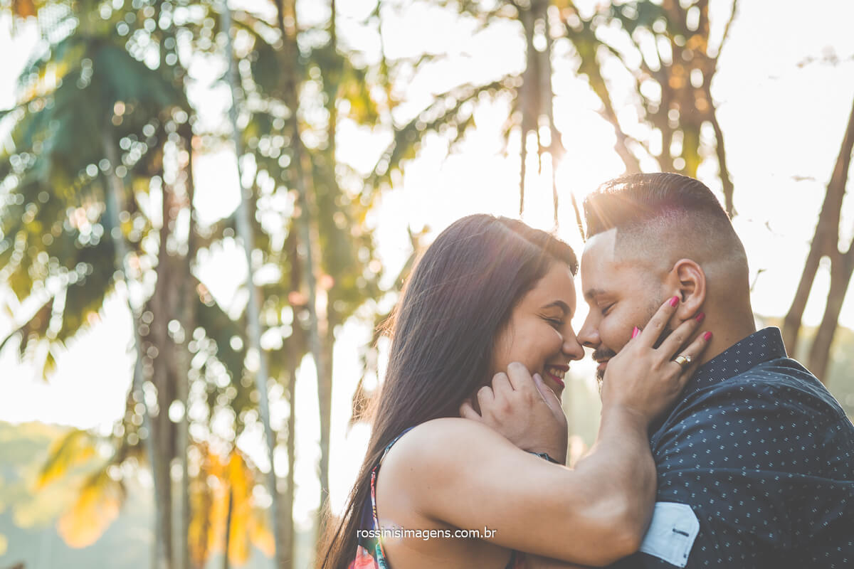 Ensaio de casal no Jardim Botânico fina de tarde, por do sol, dia de sol no ensaio fotográfico, ideias e inspirações para ensaio de casal pre casamento