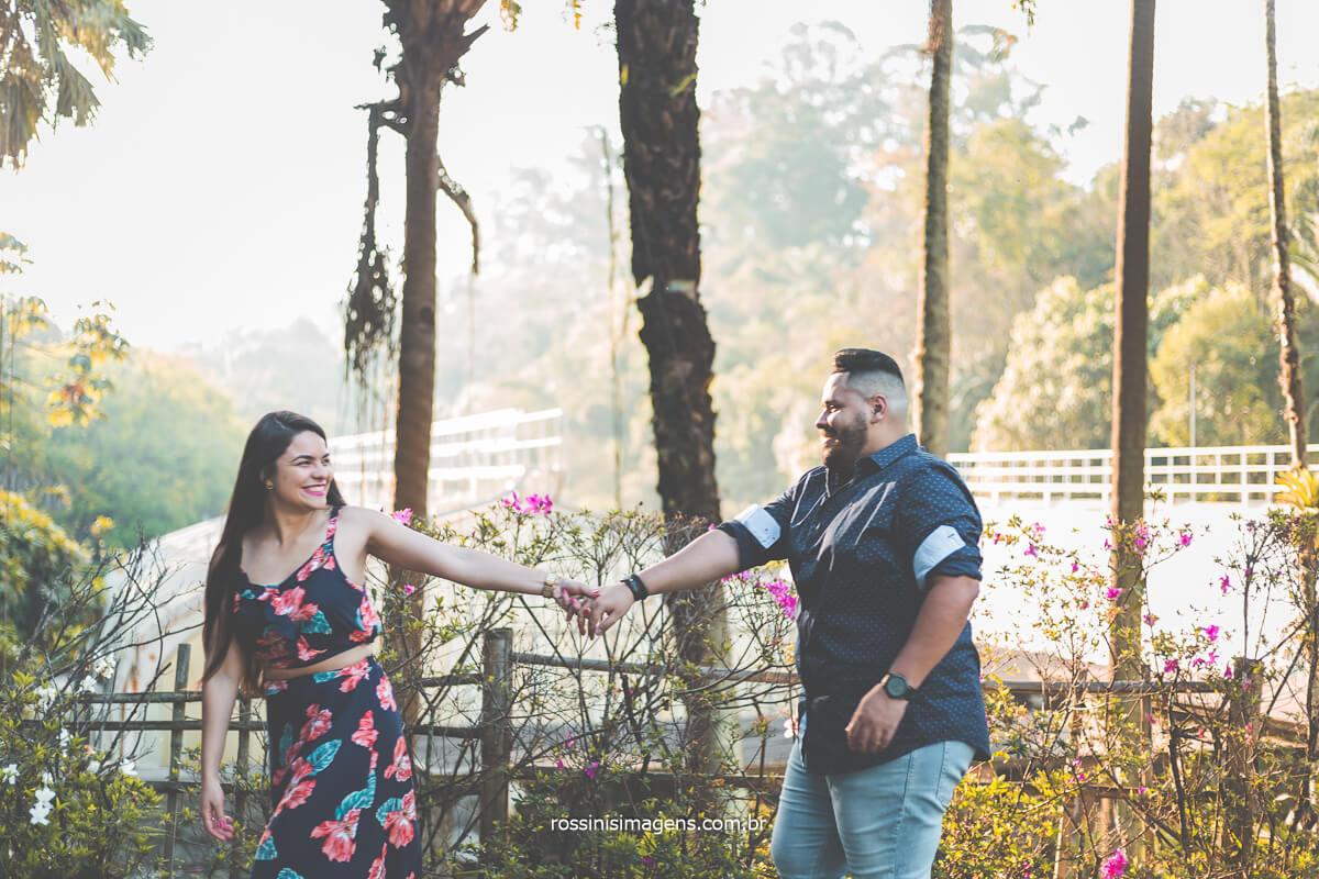 Ensaio fotográfico de Casal correndo de mãos dadas, Ensaio Pre Casamento ensaio de Pre Casamento