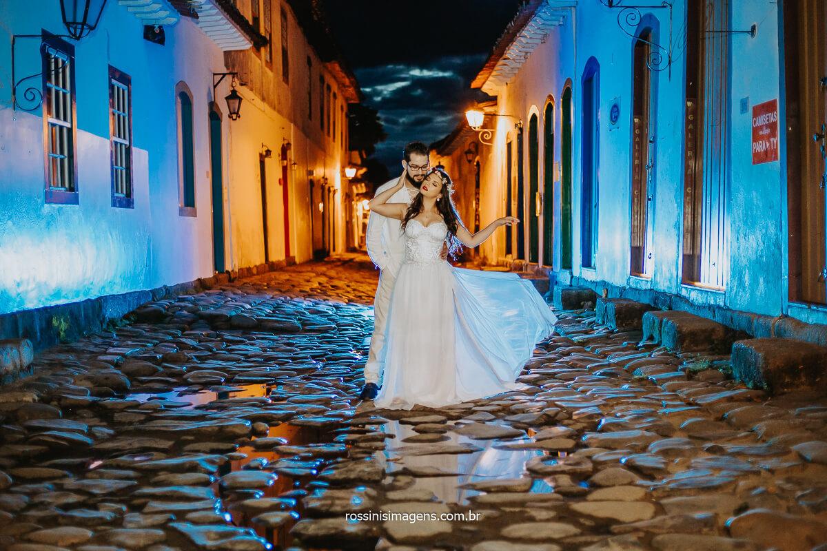 Fotografia de Casal nas Ruas de Paraty em Ensaio Pre casamento, Rossinis Imagens Top