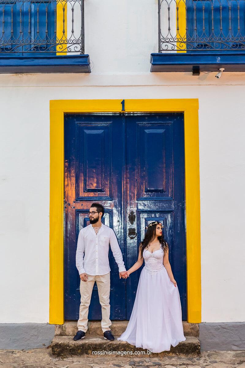 Fotografia de Casal em porta Colonial da Cidade de Paraty-RJ