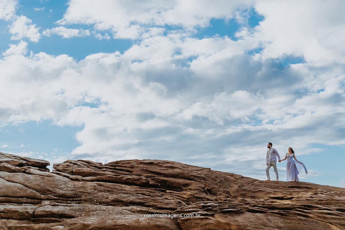 Fotografia Inspiração Casal andando nas pedras na Beira da Praia no Rio de Janeiro, Fotografo de Ensaio em SP, RJ, PR, RN, Brasil Rossinis Imagens