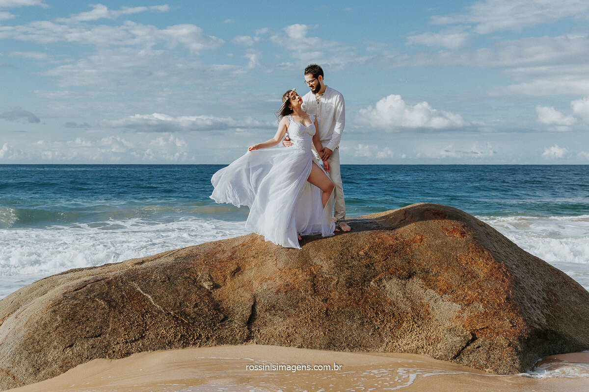 Rossinis Imagens Fotografia de Ensaio de Casalo em Praia, Casal de Noivos na Pedra, Ensaios Fotográfico na Praia