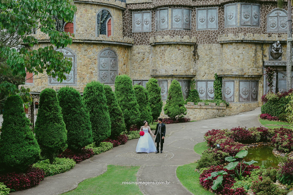 Fotografia de Casal Caminhando no Castelo, Monte Castelo Eventos Espaço Para Casamento, Fotografia De Rossinis Imagens, Casal Rafa e Fernando Trash The Dress