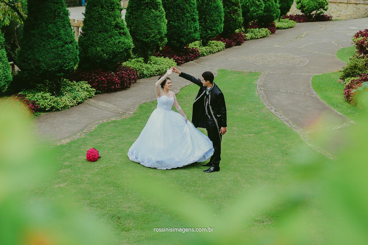 Casal Dançando no Jardim do Castelo Monte Castelo Eventos, Rossinis imagens Fotografia de Trash The Dress Ensaio de Noivos Pos Casamento