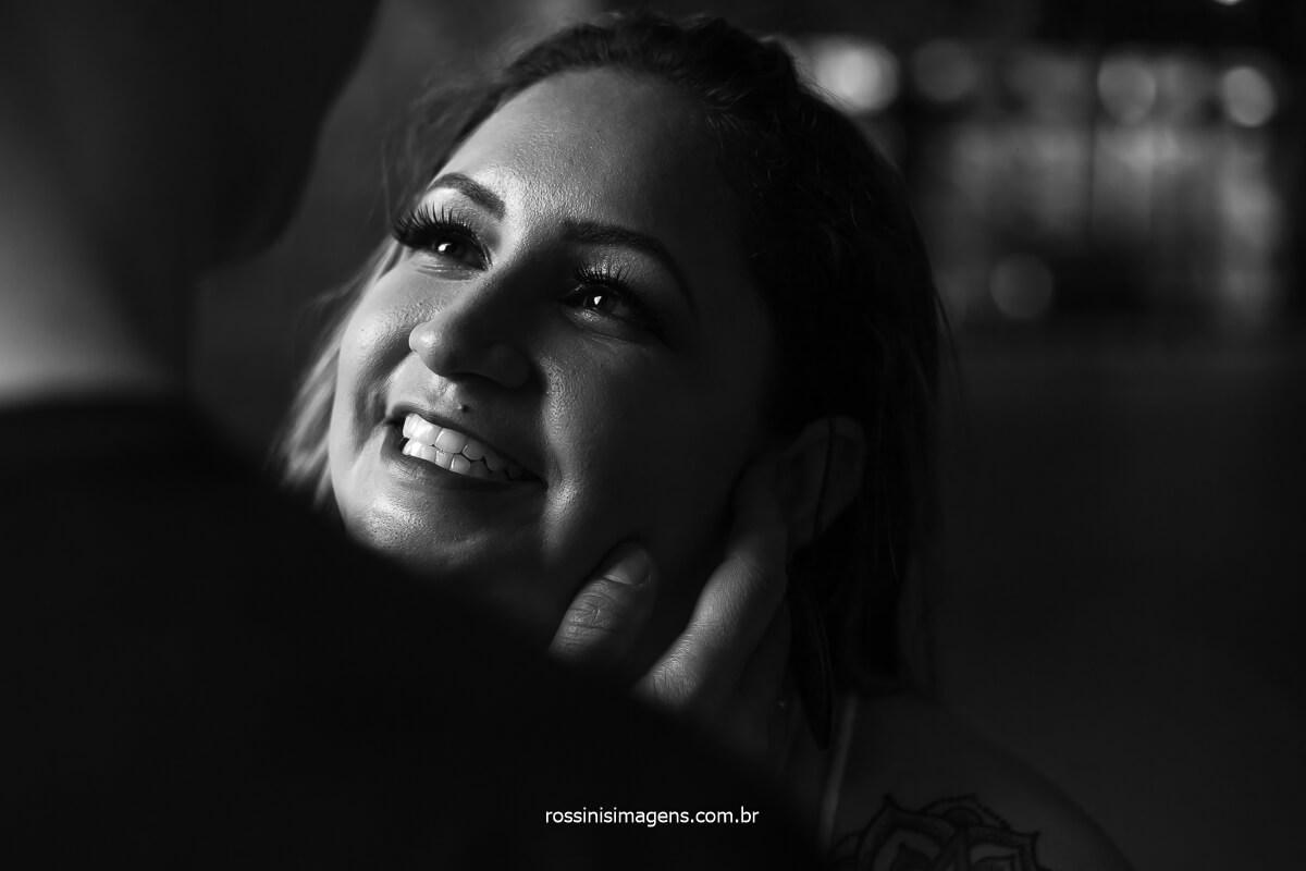 Noiva Amanda olhando para o Noivo Wellington Com olhar Apaixonada No Ensaio Pre Casamento