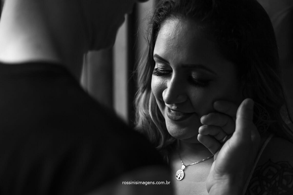 Ensaio Pre Casamento de Amanda e Wellington Faz Carinho em Sua Noiva, Encantando-a