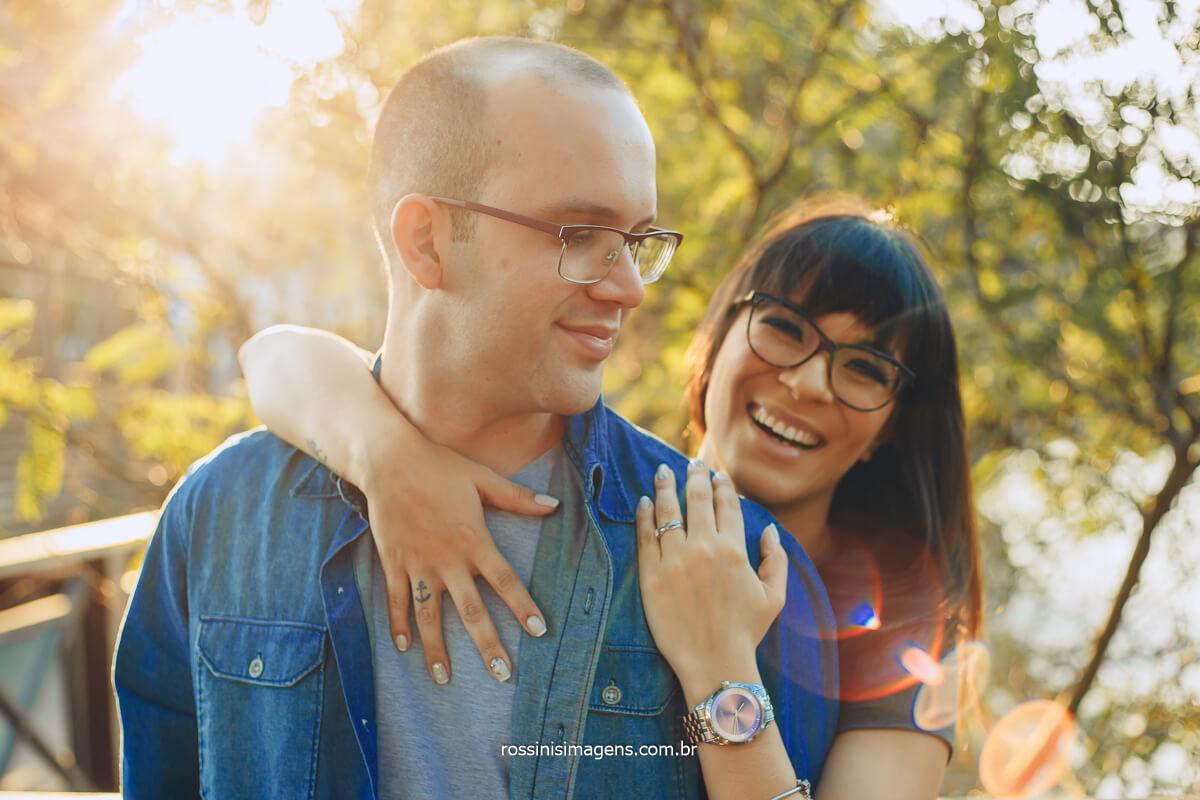 Noiva Apoiada no Ombro do Noivo e Sorrindo muito com uma Gargalhada Fotografo de Casal em SP, RJ, PR, RN, Casal Rossinis Imagens
