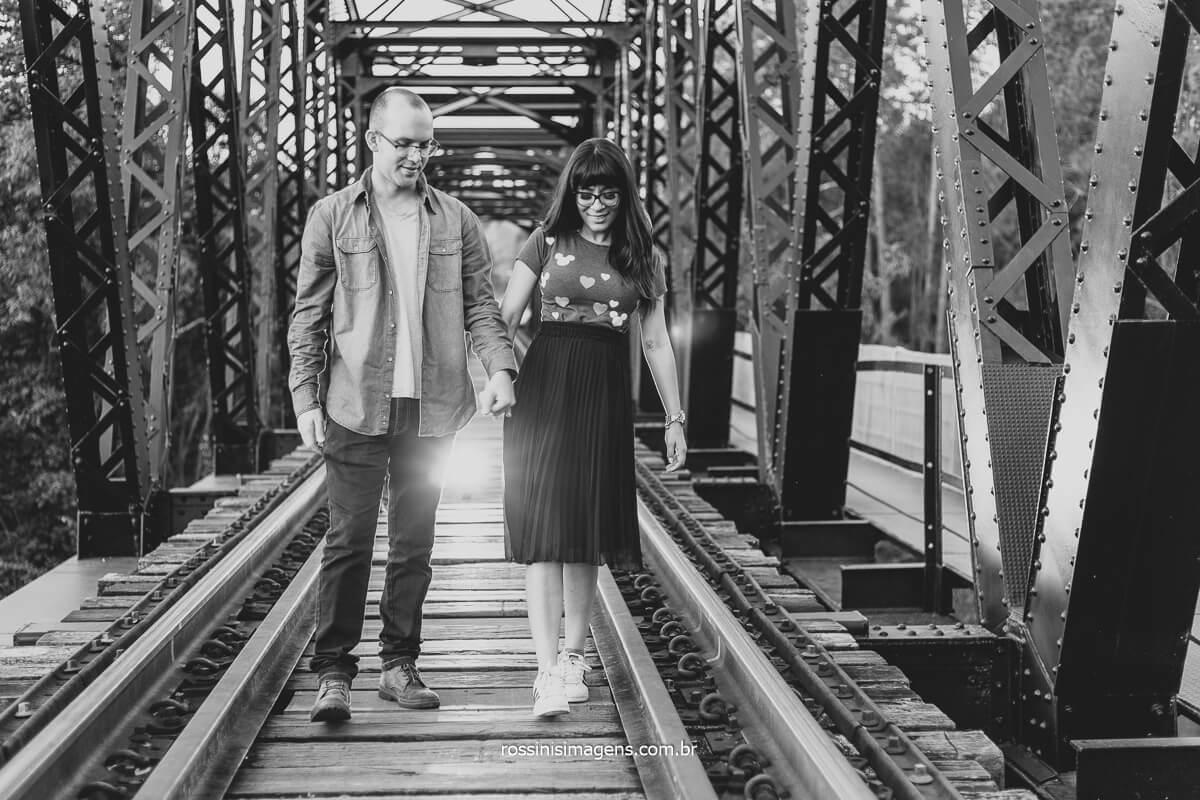 Casal Caminhando na Ponte do Trem de Guarema, Casal , Pre Casamento Ensaio de Casamento