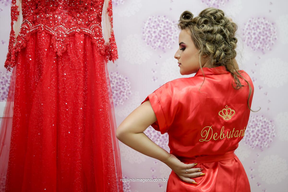 Jeni com Robe Personalizado Debutante ao lado do Vestido de Gala para a Festa