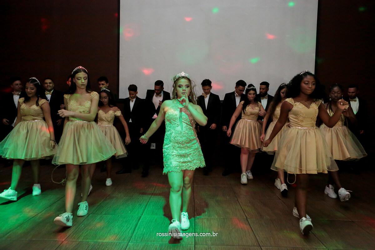 Coreografia das meninas com a debutante na Dança de 15 anos Festa de 15 Anos, os Quinze Anos Chegou