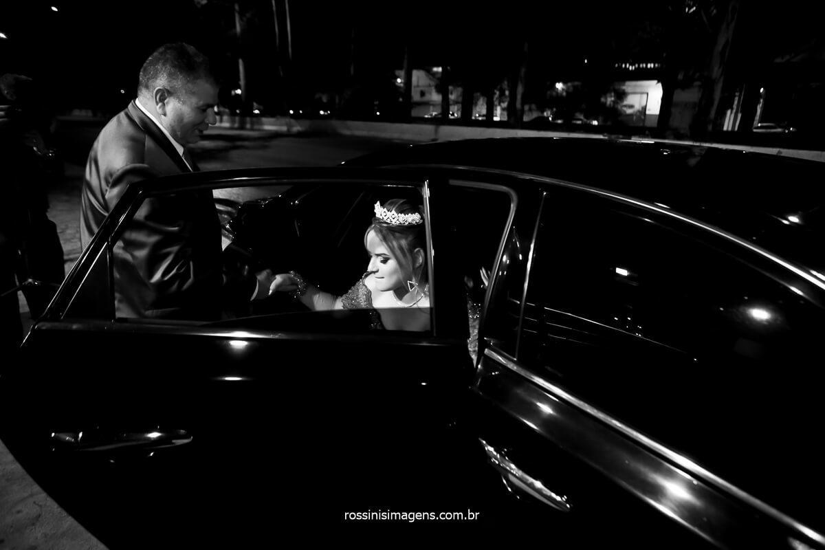 debutante chegando na festa com um carro especial de luxo, locado para essa ocasião, já imaginou chegar da festa de 15 anos com um lindo carrão chamando a atenção de todos os convidados!