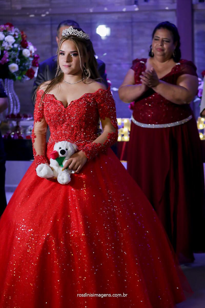 Debutante segurando a boneca representando a infância, Festa de 15 Anos, Debutante
