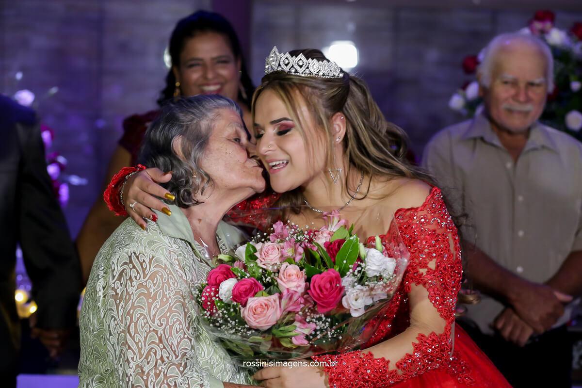 avô com um lindo buquê de Flores presentando a debutante, inspirações e ideias, Festa de 15 Anos