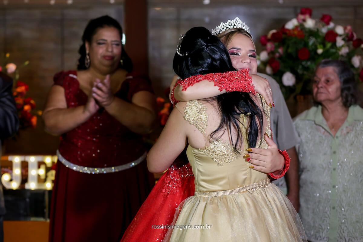 o abraço das melhores amigas da debutante no cerimonial, da festa de 15 anos, Quinze anos, Festa dos 15!