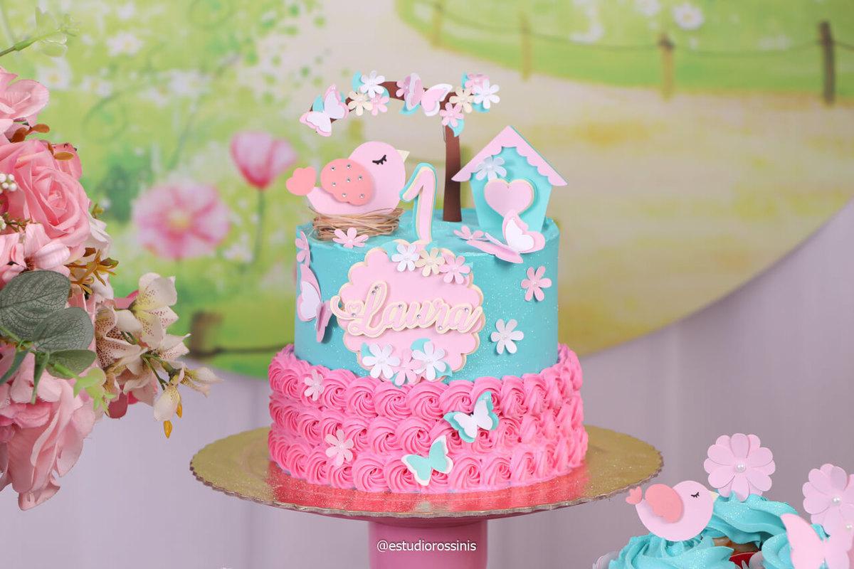 lindo bolo feito pela doce ana para a festa de aniversario da laura no estudio, decoração do bolo da doce ana com chantininho e toper personalizados, @estudiorossinis