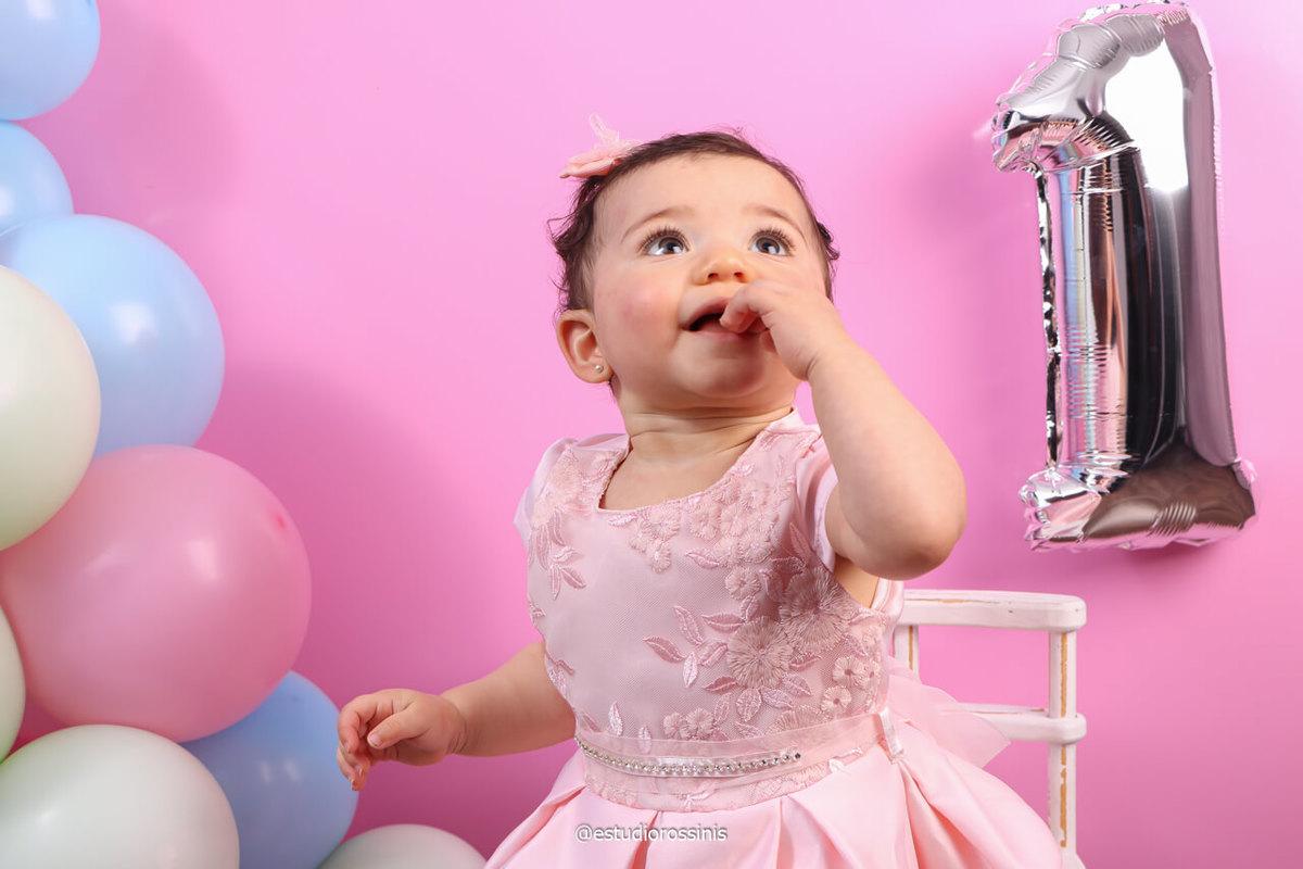 imagem da bebê com a decoração de balão, festa de aniversário no estudio, fotografia em estudio, @estudiorossinis