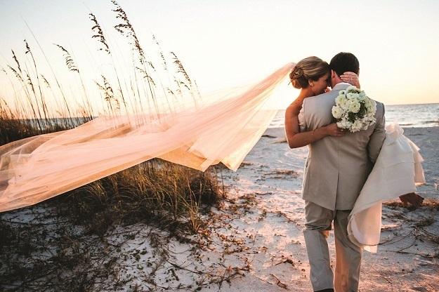 Imagem capa - Superstições de casamento: O noivo carrega a noiva no colo. por JC Foto e Vídeo