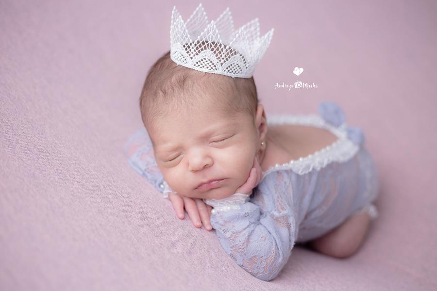 Imagem capa - O que é um Ensaio Newborn? por Andreza Marks
