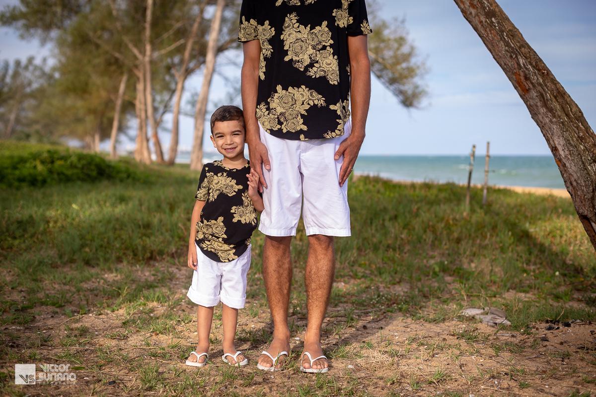 pai segurando filho pela mão