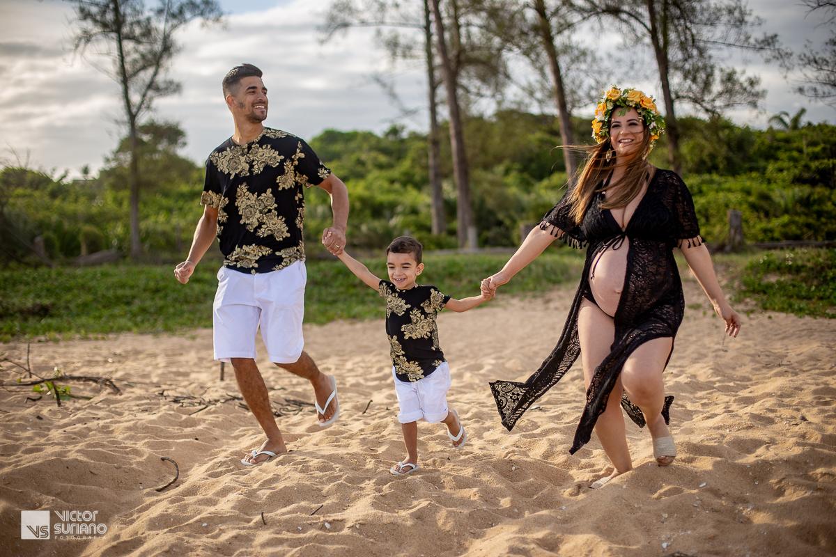 família correndo na beira da praia