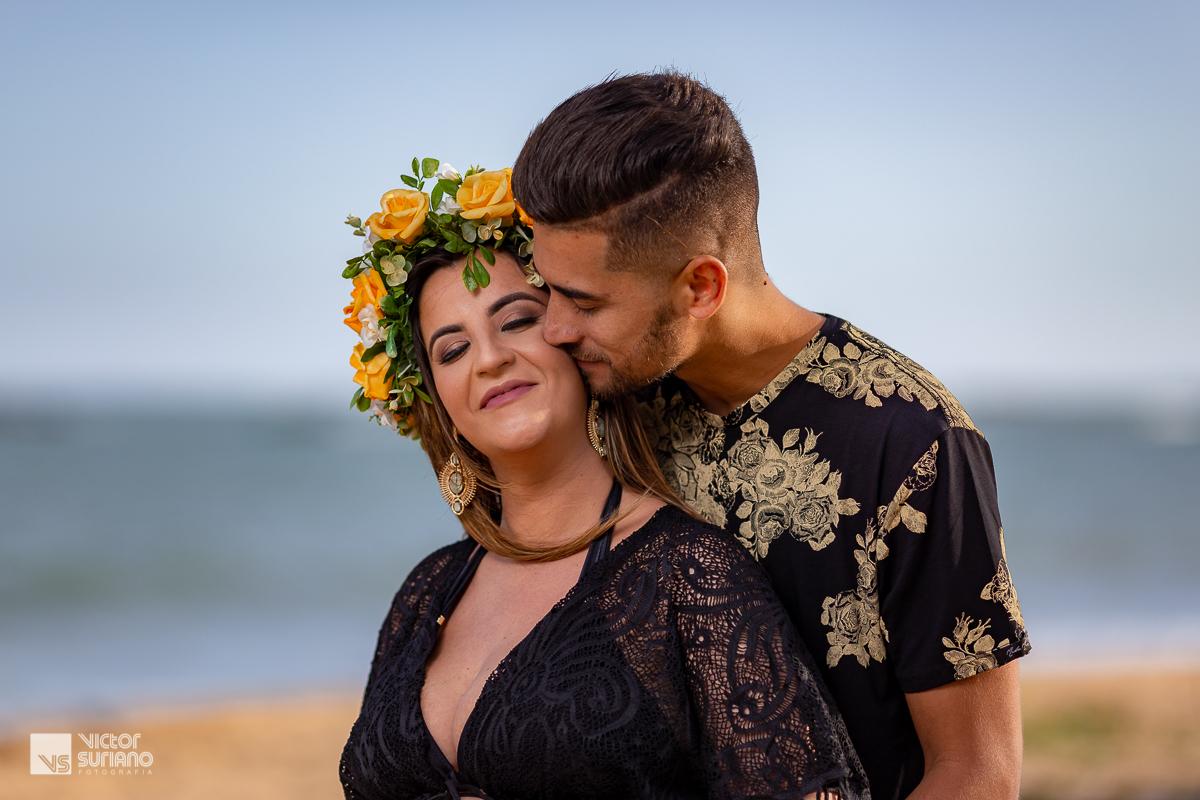 marido cheirando o pescoço da esposa grávida