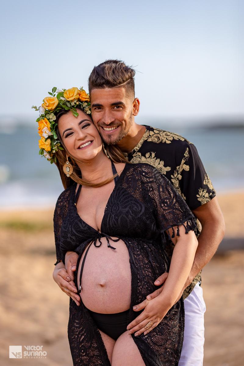 casal de grávidos sorrindo e abraçados vestido preto