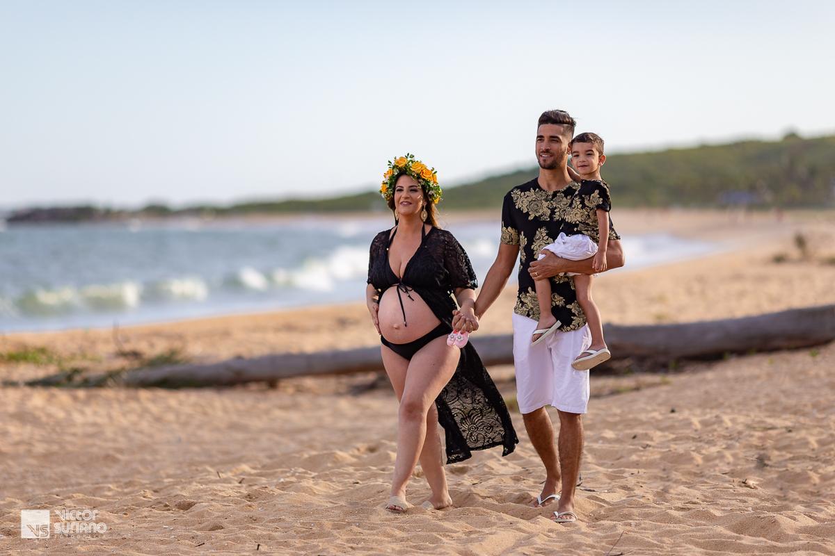 casal caminhando na beira da praia em Rio das ostras
