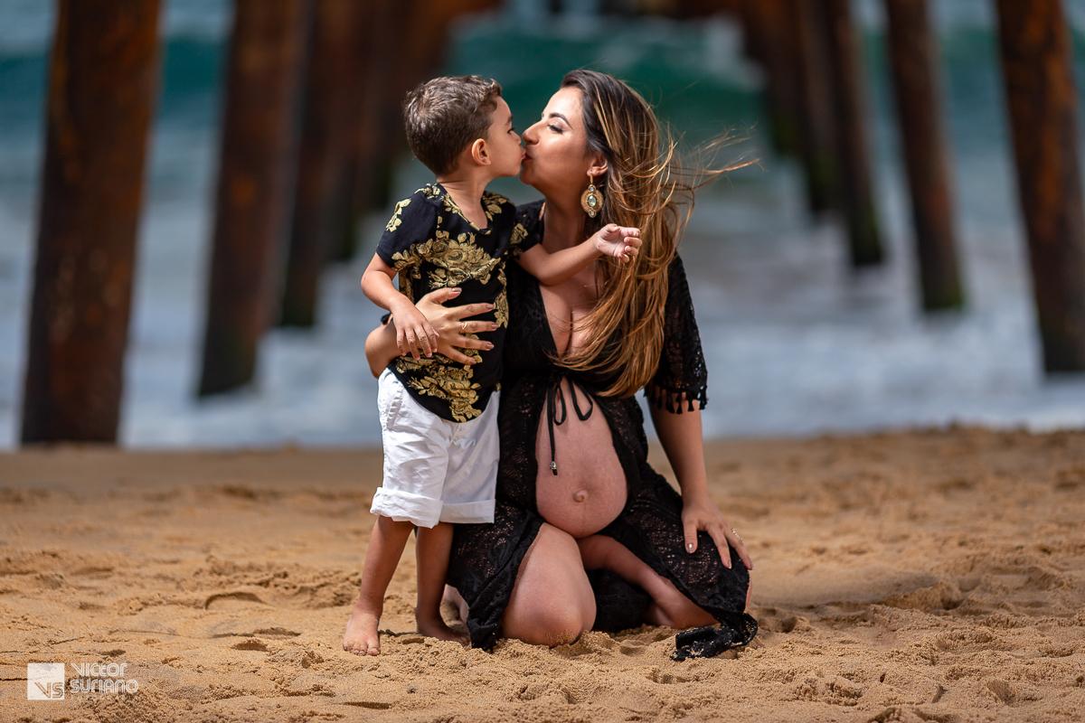gravida beijando o filho selinho vestido preto