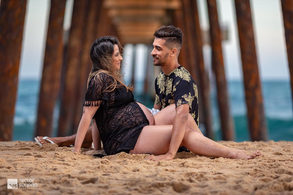 casal se beijando na beira da praia em rio das ostras