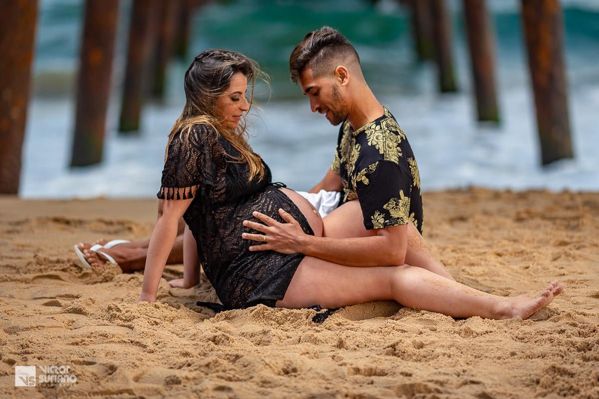 papai acariciando a barriga grávida da mamãe