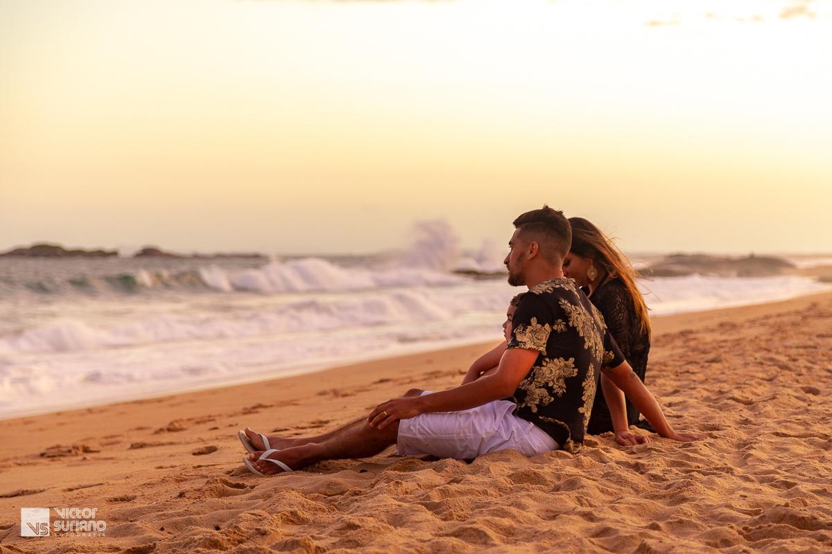 família olhando para o mar em rio das ostras