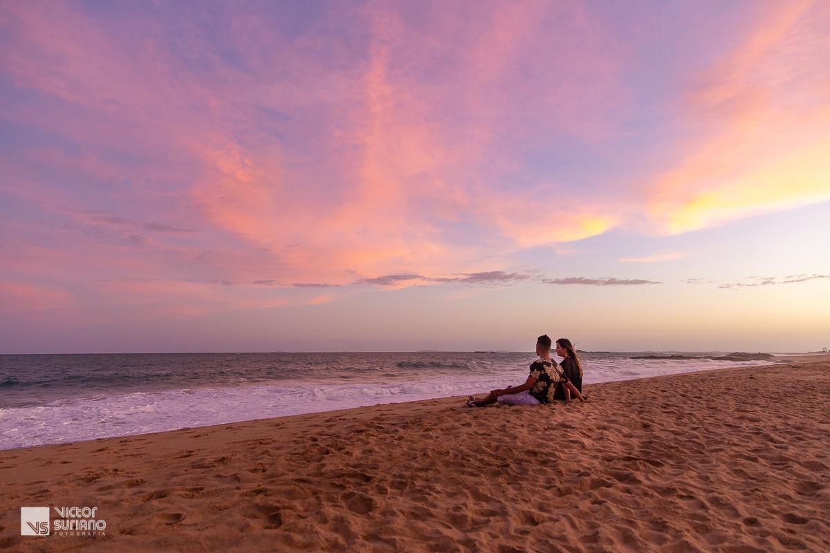 final de tarde em rio das ostras lindo por do sol familia olhando o mar