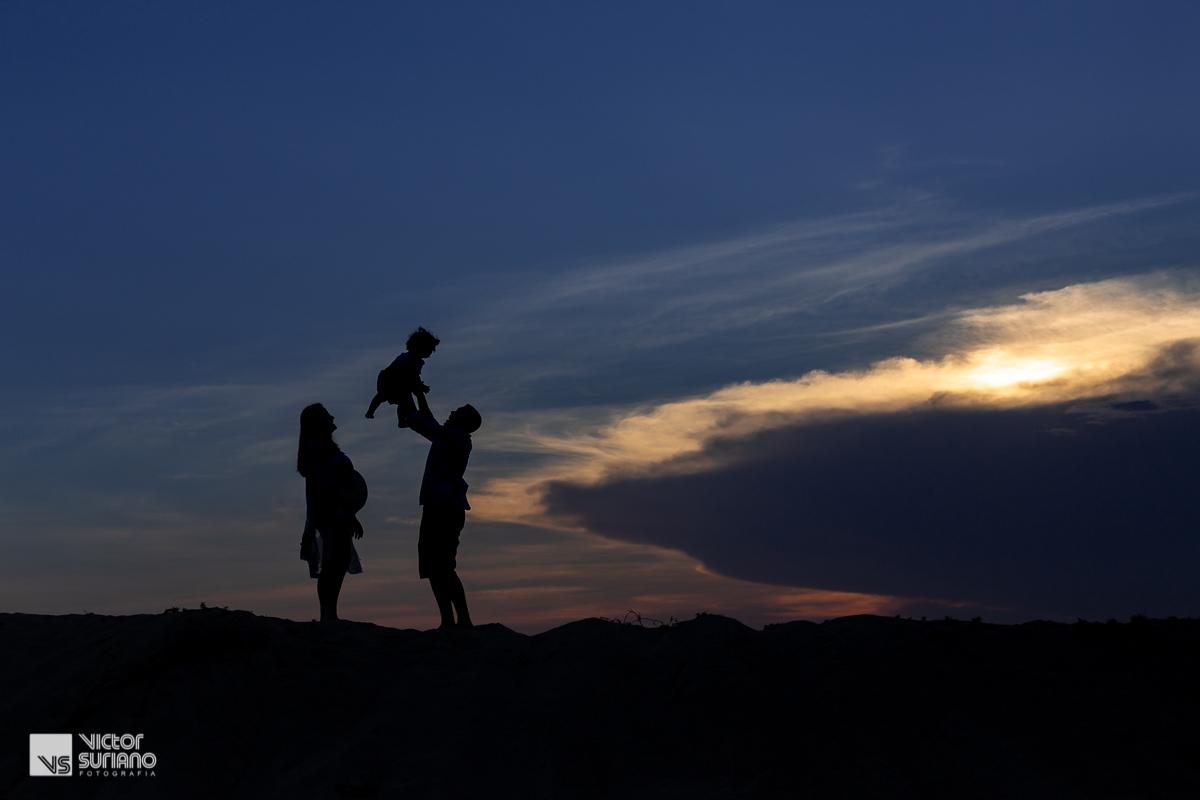 Ensaio gestante diferente com linda fotografia contra luz na praia com pôr do sol incrível na cidade de Macaé.