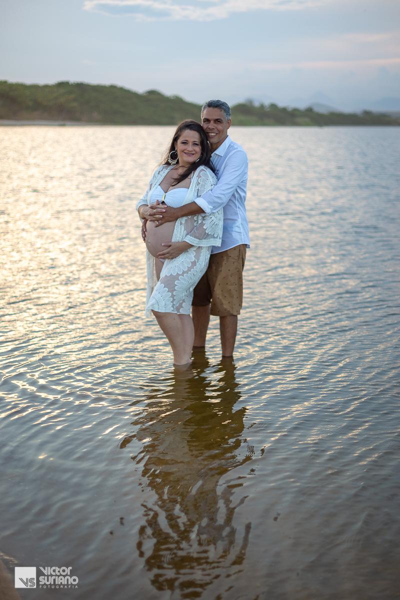 ensaio fotográfico gestante com casal abraçado dentro da água. ensaio gestante dentro da água.