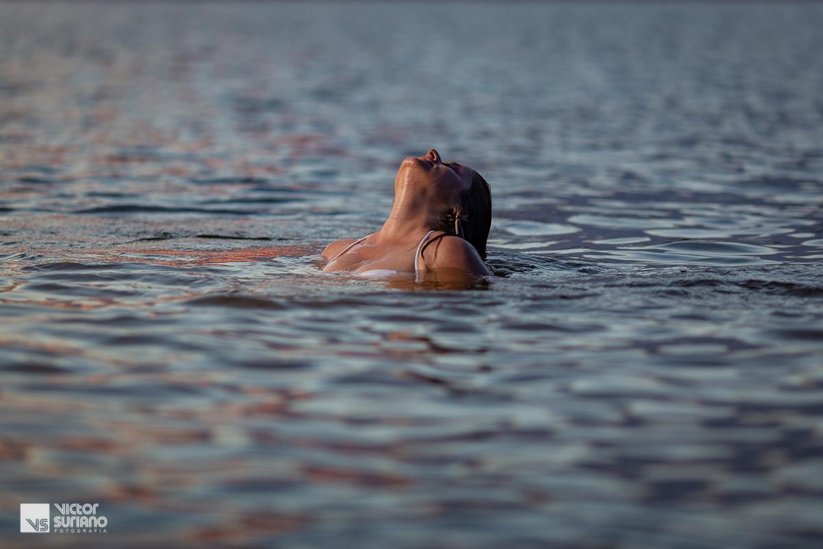 ensaio gestante na praia com retrato de grávida mergulhando na praia.