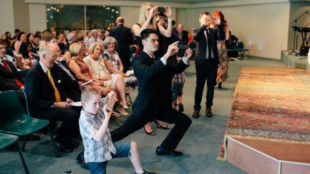 Imagem capa - 5 regras de vídeo e fotografia que os convidados de casamento deveriam seguir por TAKE|Film