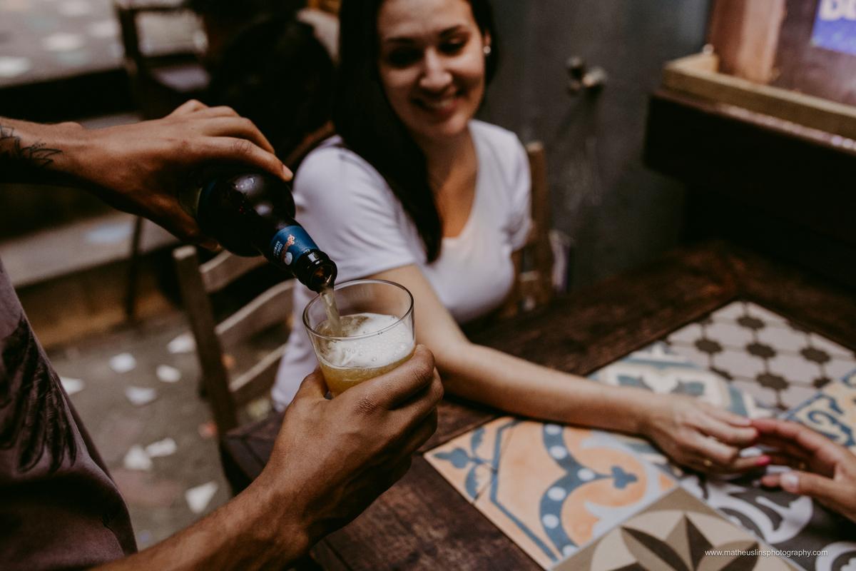 ensaio pré casamento realizado em Santo Antônio  de Lisboa - Florianópolis - Santa Catarina. Lugar conhecido pelo por do sol . Bebendo cerveja no bar do tonho