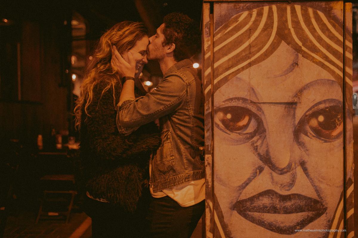 ensaio de casal realizado em são paulo na rua augusta durante a noite.