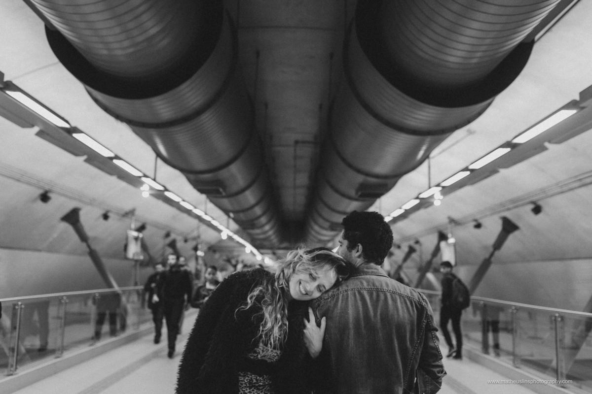 ensaio de casal realizado em são paulo no metrô.