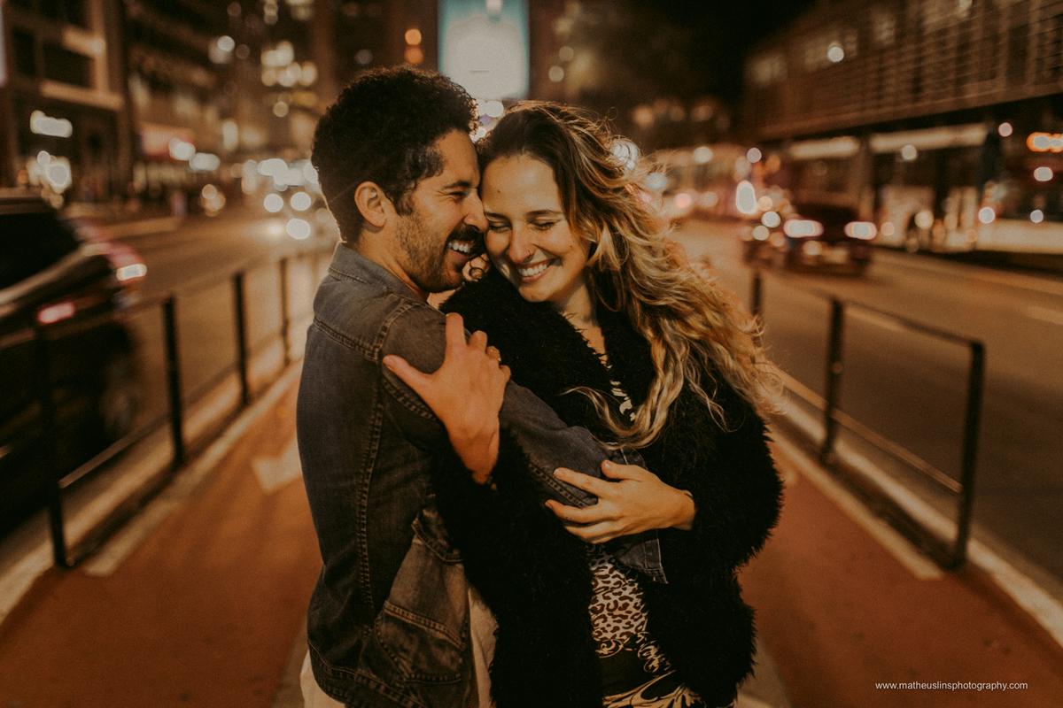 ensaio de casal realizado em são paulo na avenida paulista durante a noite.
